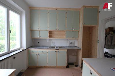 Platsbyggd retro kök, stommar i massiv furu och luckor i målad MDF.