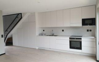 Modernt vitt kök med platsbyggd känsla