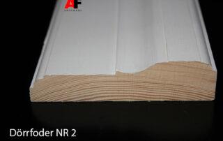 Dörrfoder och fönsterfoder är obehandlade men går att beställas grundmålade eller färdiglackerade i NCS kulör